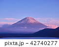 本栖湖 富士山 夕暮れの写真 42740277