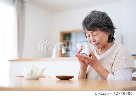 シニア お茶 飲む 食卓 42740706