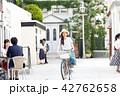 自転車に乗る若い女性 42762658