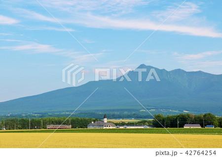 北海道 青空の斜里岳と釧網本線 42764254