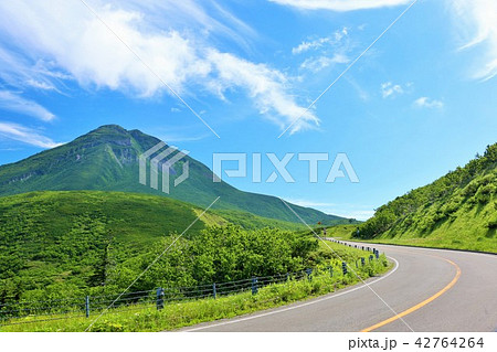 北海道 夏の青空と知床・羅臼岳 42764264