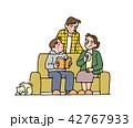 家族 ソファ くつろぐのイラスト 42767933