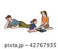 リビングでくつろぐ家族 42767935