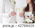 シャンパン 乾杯 新郎新婦の写真 42768429