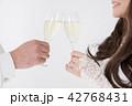 シャンパン 乾杯 新郎新婦の写真 42768431