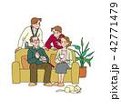居間でくつろぐ家族 42771479