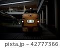 京都鉄道博物館で遊ぶ3歳児の男の子 42777366