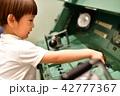 京都鉄道博物館で遊ぶ3歳児の男の子 42777367
