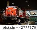 京都鉄道博物館で遊ぶ3歳児の男の子 42777370