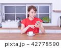 女性 キッチン スマホの写真 42778590