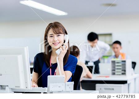 ビジネスウーマン(電話) 42779785