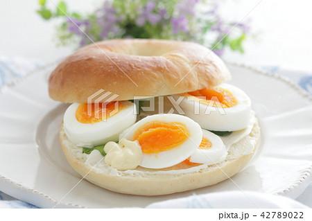 ゆで卵とクリームチーズのベーグルサンドイッチ 42789022