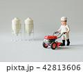 耕運機と男性 42813606