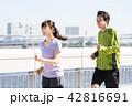 ジョギングをするカップル 42816691