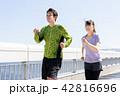 ジョギングをするカップル 42816696