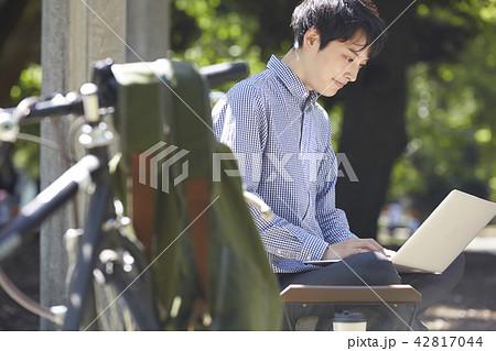 公園 パソコン 男性 42817044