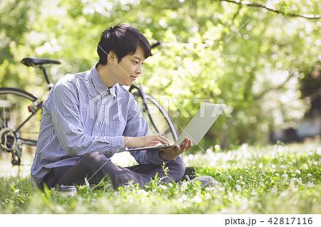 公園 パソコン 男性 42817116