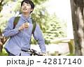 公園 男性 自転車 ティータイム 42817140