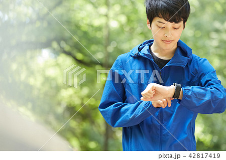 公園 男性 ランニング 42817419