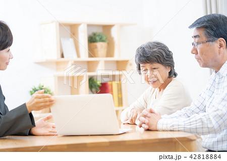 会話をするシニア夫婦 リフォーム相談 老人ホーム入所説明 42818884