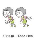 腰と膝を痛めた老いた女性 42821460
