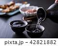 日本酒を注ぐ 42821882