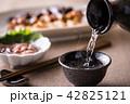 日本酒を注ぐ 42825121
