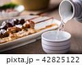 日本酒を注ぐ 42825122