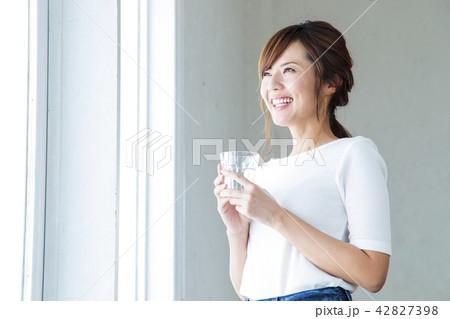 女性 水 デトックス 美容 若い女性 ビューティー 健康 ライフスタイル 42827398