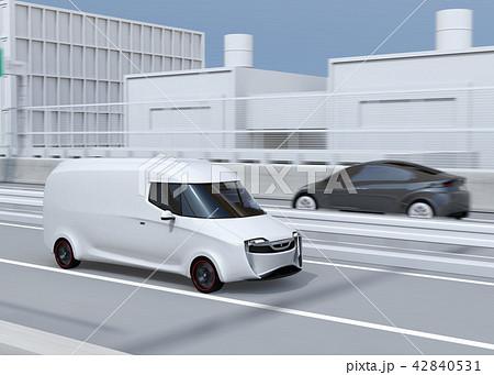 高速道路に走行している白色の自動運転電動宅配車。車体にコピースペースあり 42840531