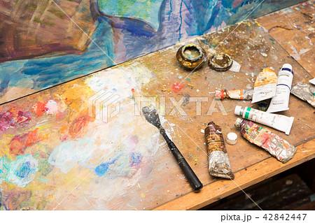 絵の具とパレット 42842447