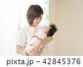 赤ちゃん 抱っこ 子育ての写真 42845376