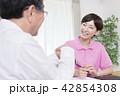 介護保険認定調査をするケアマネージャー 介護支援専門員 42854308