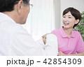 介護保険認定調査をするケアマネージャー 介護支援専門員 42854309