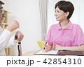 介護保険認定調査をするケアマネージャー 介護支援専門員 42854310