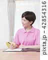介護保険認定調査をするケアマネージャー 介護支援専門員 42854316