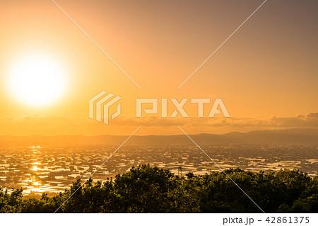 《富山県》富山の絶景・砺波平野、散居村の夕景 42861375