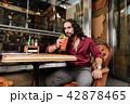 飲む カクテルドリンク 男の写真 42878465
