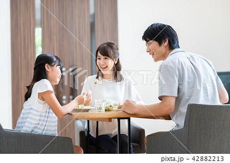 若い家族(食事) 42882213