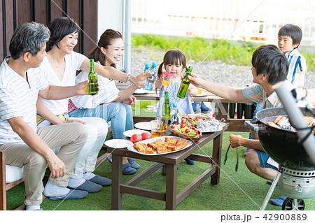 三世代家族、食事、バーベキュー、乾杯 42900889