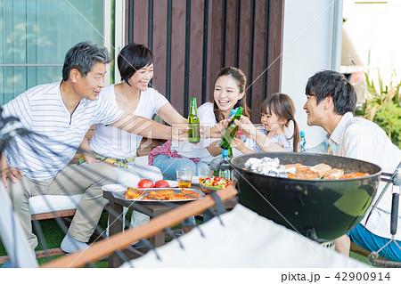 三世代家族、食事、バーベキュー、乾杯 42900914