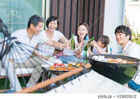 三世代家族、食事、バーベキュー、乾杯 42900915