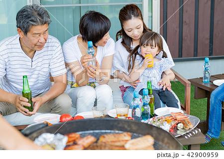 三世代家族、食事、バーベキュー、夏 42900959