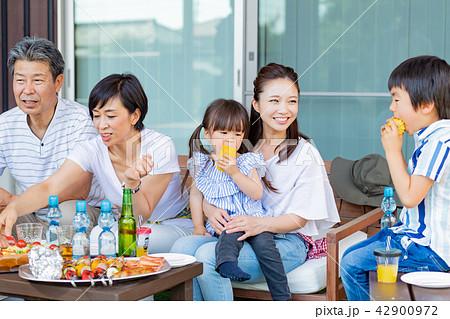 三世代家族、食事、バーベキュー 42900972