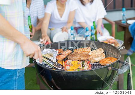 三世代家族、食事、バーベキュー、夏 42901041