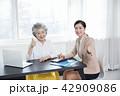 書類 PC ノートパソコンの写真 42909086