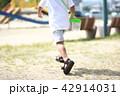 公園で走る子供 42914031
