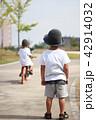 自転車に乗る子供 42914032