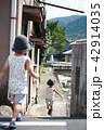 田舎で遊ぶ子供 42914035