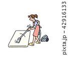 ふとんに掃除機をかけるお母さん 42916133